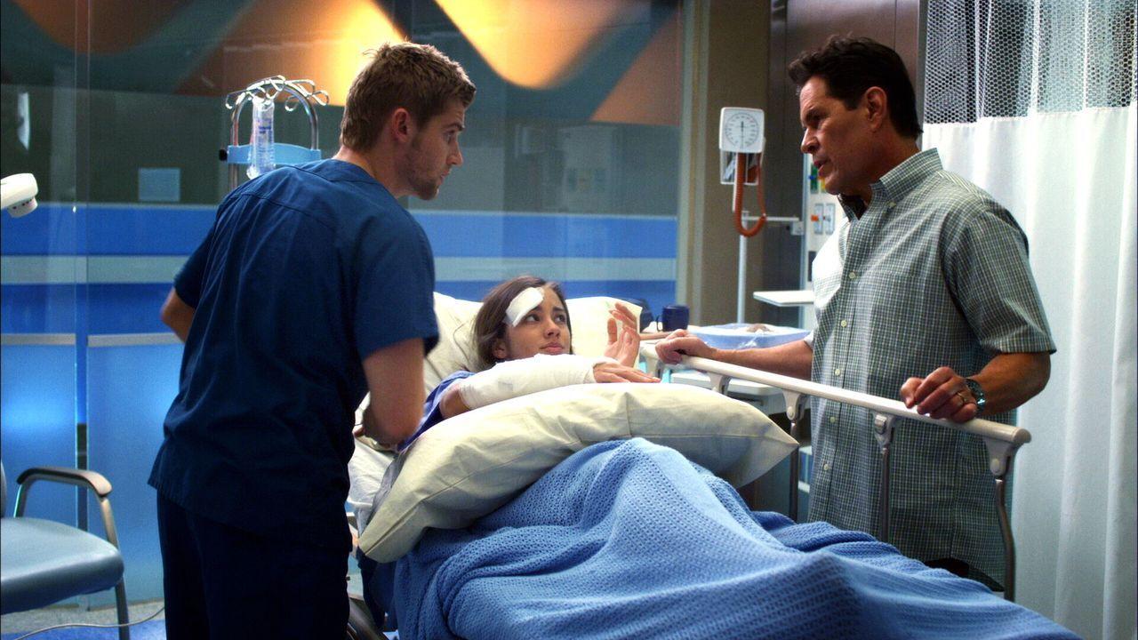 Die Zukunft von Patientin Lucy (Seychelle Gabriel, M.) liegt in Dr. DeLeos (Mike Vogel, l.) Händen. Lucys Vater Garrett (A Martinez, r.) hat einen... - Bildquelle: Warner Brothers