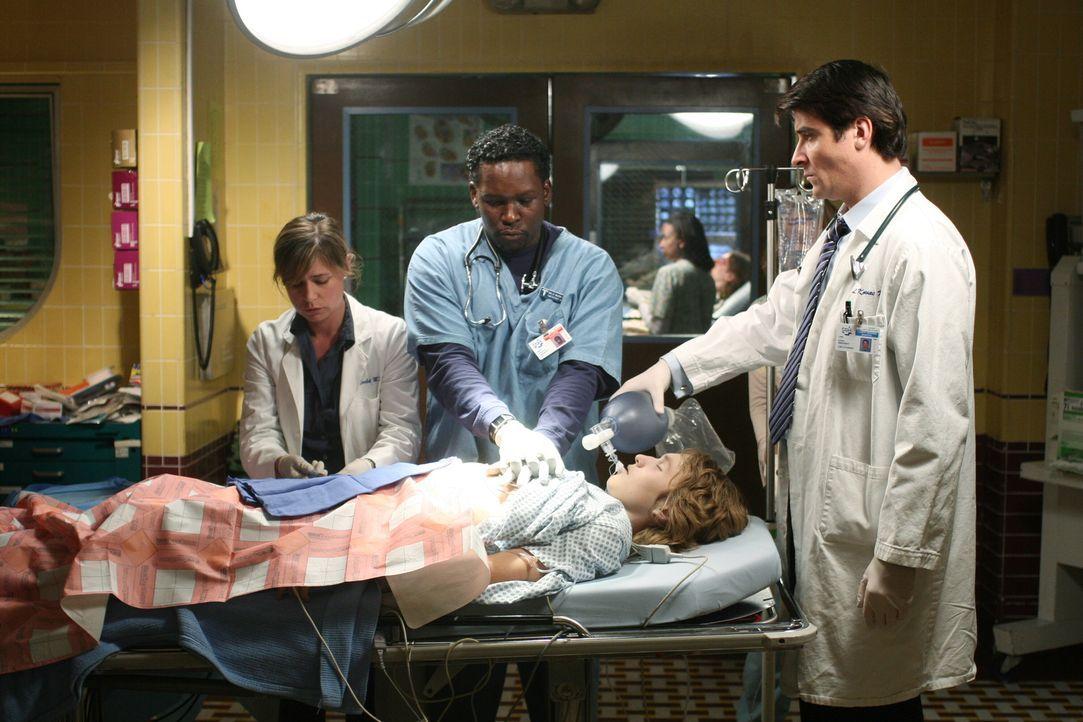 Luka (Goran Visnjic, r.), Abby (Maura Tierney, l.) und Malik (Deezer D, M.) bemühen sich einem Patienten das Leben zu retten. Doch wird es ihnen ge... - Bildquelle: Warner Bros. Television