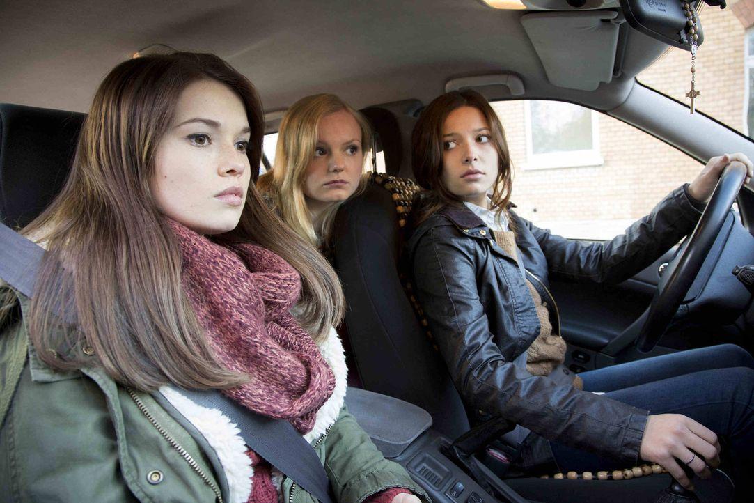 Aileen (Maria Dragus, M.) und Sophie (Lena Meckel, r.) müssen sich entscheiden, ob sie für Mia (Zoe Moore, l.) oder gegen sie kämpfen wollen ... - Bildquelle: Dominik Hatt sixx