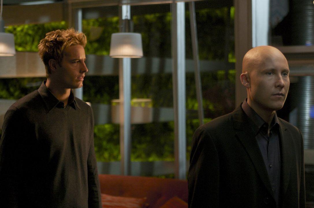 Lex' (Michael Rosenbaum, r.) Kostümball ist vorbei, jetzt wird ein mysteriöser Mann gesucht, der Gäste bestohlen haben soll. Queen (Justin Hartley,... - Bildquelle: Warner Bros.