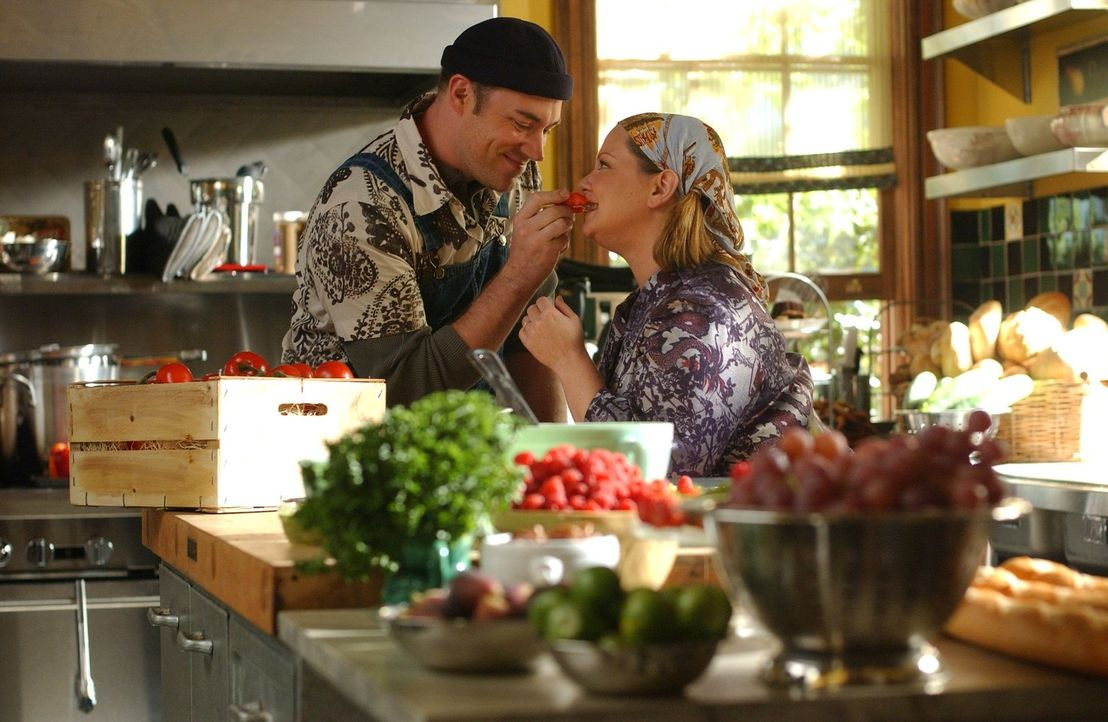 Auch bei Sookie (Melissa McCarthy, r.) und Jackson (Jackson Douglas, l.) geht Liebe durch den Magen. Daher unterstützt Sookie ihn auch, als dieser b... - Bildquelle: 2004 Warner Bros.