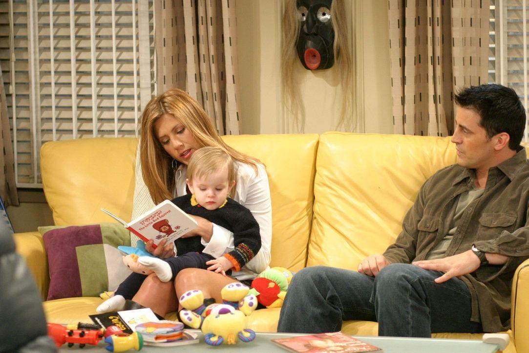 Während Ross seine Prüfung ablegt, erzählt Joey (Matt LeBlanc, r.) Rachel (Jennifer Aniston, l.) von der Rolle in einem Werbespot, für die er sich b... - Bildquelle: 2003 Warner Brothers International Television