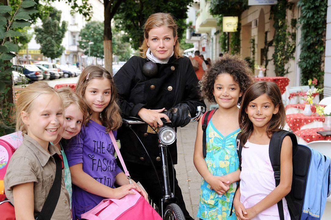 Lilly (Mira Bartuschek) ist die einzige Schornsteinfegerin Berlins. Deshalb dient sie immer wieder als Glücksbotin und darf zum Beispiel die Nasen... - Bildquelle: Sat.1