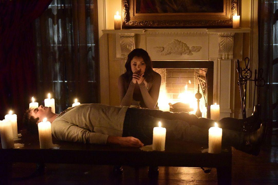 Verzweifelt versucht Bonnie (Kat Graham, hinten), Damons (Ian Somerhalder, vorne) Seele aus dem Phoenix-Stein zu retten, bevor die Erlebnisse diesen... - Bildquelle: Warner Bros. Entertainment, Inc.