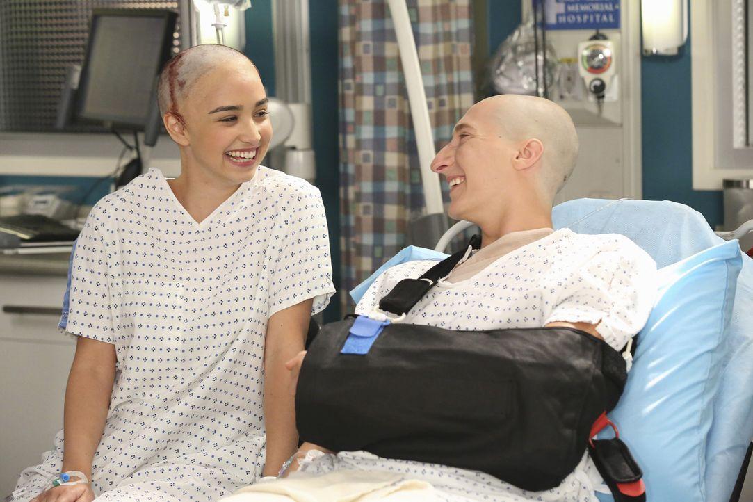 Nur mit Glück haben das Liebespaar Monica (Liebe Barer, l.) und Dave (Matthew Van Oss, r.) einen Unfall überlebt. Die scheinbar gute Stimmung wird s... - Bildquelle: ABC Studios