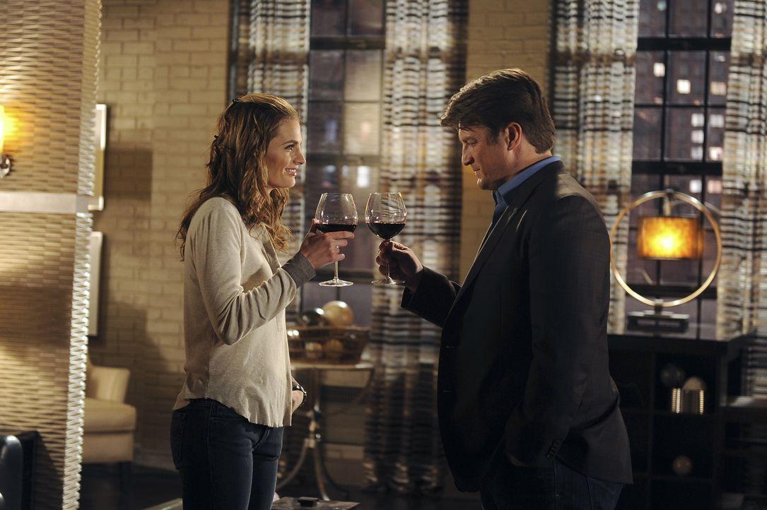 Richard Castle (Nathan Fillion, r.) dankt Kate Beckett (Stana Katic, l.) dafür, dass sie ihm das Leben gerettet hat ... - Bildquelle: 2011 American Broadcasting Companies, Inc. All rights reserved.