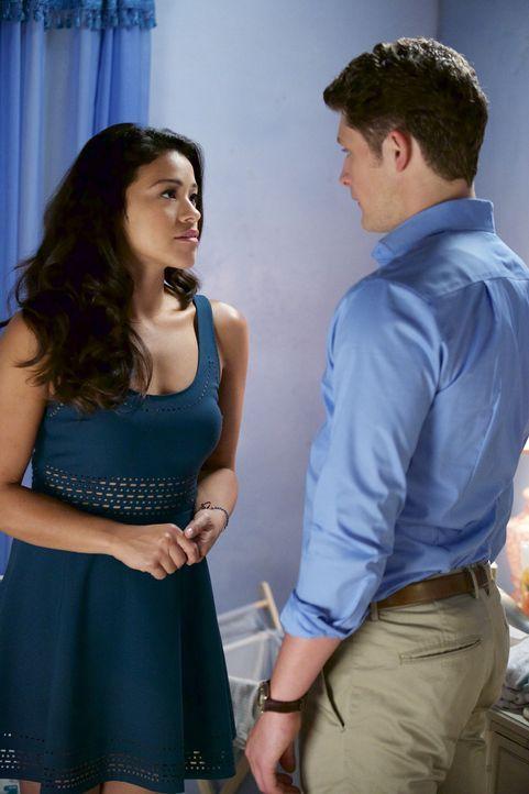 Jane (Gina Rodriguez, l.) ist sich ihrer Gefühle zu Rafael und Michael (Brett Dier, r.) nicht sicher, während Rogelio von seiner Ex-Frau bestochen w... - Bildquelle: Tyler Golden 2015 The CW Network, LLC. All rights reserved.