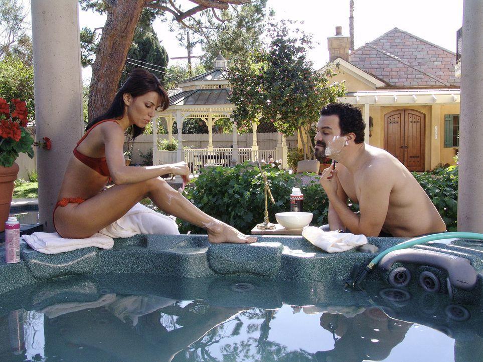 Bei Gabrielle (Eva Longoria, l.) und Carlos (Ricardo Antonio Chavira, r.) staut sich das Abwasser durch ein gebrochenes Abflussrohr zurück und kommt... - Bildquelle: Touchstone Television