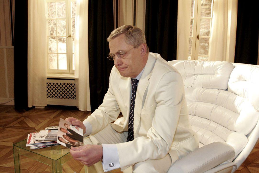 Wehmütig betrachtet Friedrich (Wilhelm Manske) ein Bild aus besseren Zeiten ... - Bildquelle: Noreen Flynn SAT.1 / Noreen Flynn