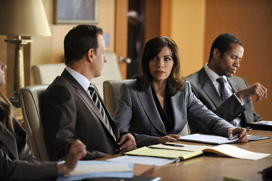 Will Gardner (Josh Charles, l.) und Alicia Florrick (Julianna Margulies, M.) übernehmen die Verteidigung von Maggie Reeves. Diese verklagt Dr. Farl... - Bildquelle: 2011 CBS Broadcasting Inc. All Rights Reserved.