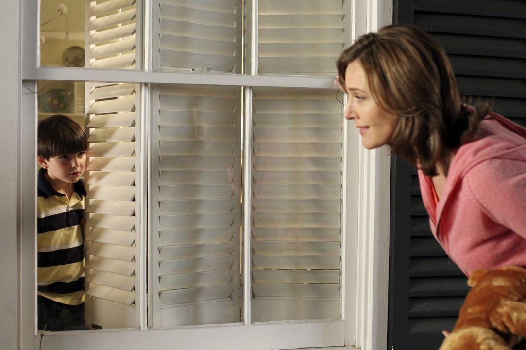 Mary Alice Young (Brenda Strong, r.) erzählt die Lebensgeschichte von Eddie Orlofsky (Nicholas Sarullo, l.) und wie er aus einem unschuldigem Kind z... - Bildquelle: ABC Studios