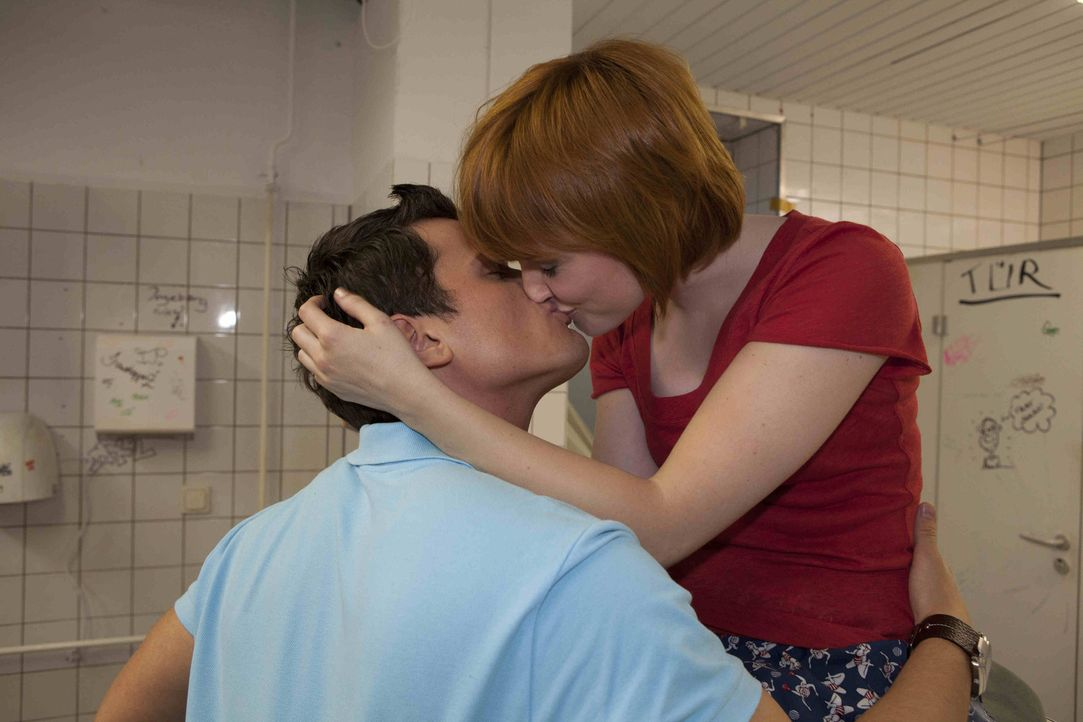 Luzi sieht sich mit dem Gerücht konfrontiert, dass Timo wieder etwas mit Sophie angefangen hat. Sie versucht, Timo zu verteidigen und ahnt dabei ni... - Bildquelle: David Saretzki SAT.1