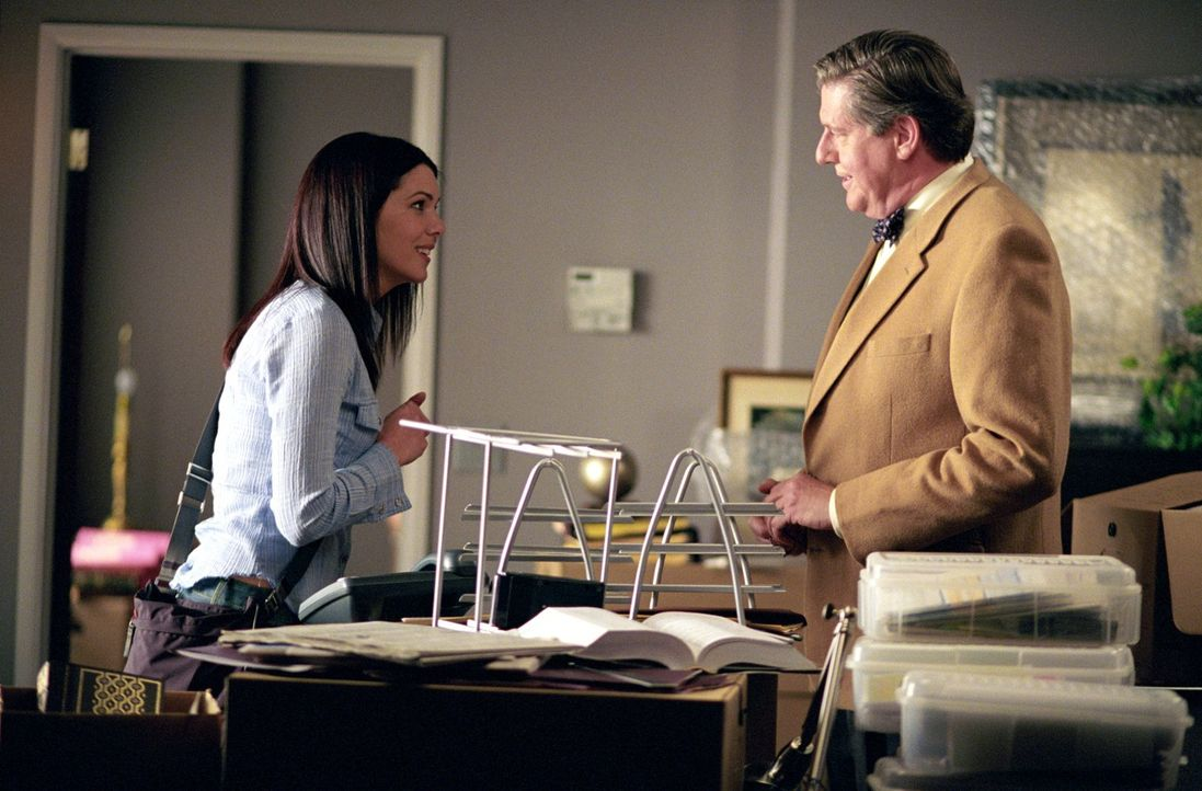 Als sich Richard (Edward Herrmann, r.) mit einer Versicherungsberatungsfirma selbstständig machen will, braucht er Lorelais (Lauren Graham, l.) Unte... - Bildquelle: 2001 Warner Bros. Entertainment, Inc.