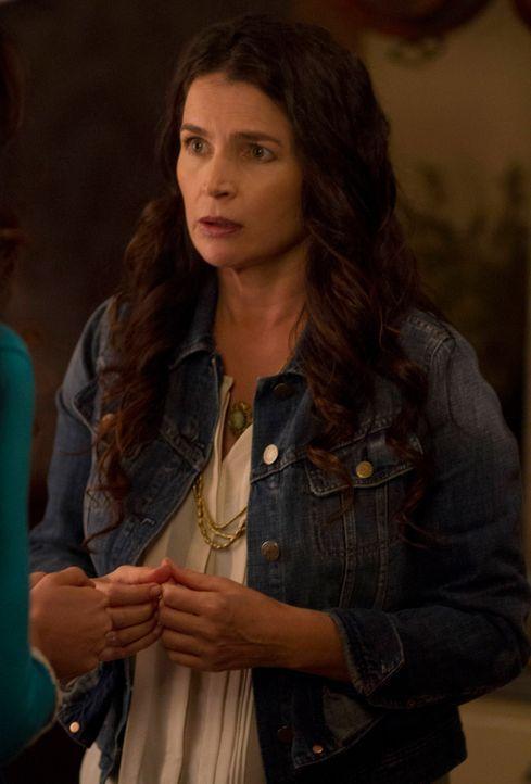 Muss Joanna (Julia Ormond) ihren beiden Töchtern nun doch die Wahrheit über ihre Identität offenbaren? - Bildquelle: 2013 Twentieth Century Fox Film Corporation. All rights reserved.