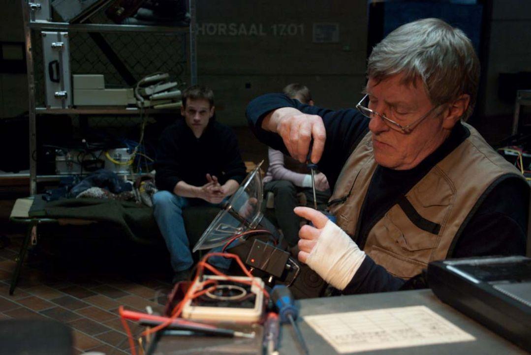Moderner Geisterjäger: Professor Dieter Angerer (Manfred Zapatka) versucht mit Hilfe von Infrarotkameras, die Erscheinungen wissenschaftlich zu ent... - Bildquelle: Björn Hahn ProSieben
