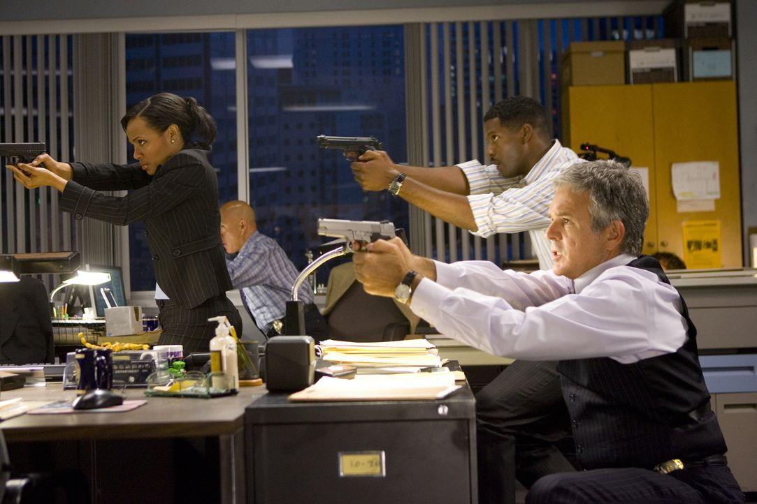 Ein besonderer Fall sorgt nicht nur bei Irene (Gina Ravera, l.), David (Corey Reynolds, M.) und Louie (G.W. Bailey, r.) für Schwierigkeiten ... - Bildquelle: Warner Brothers