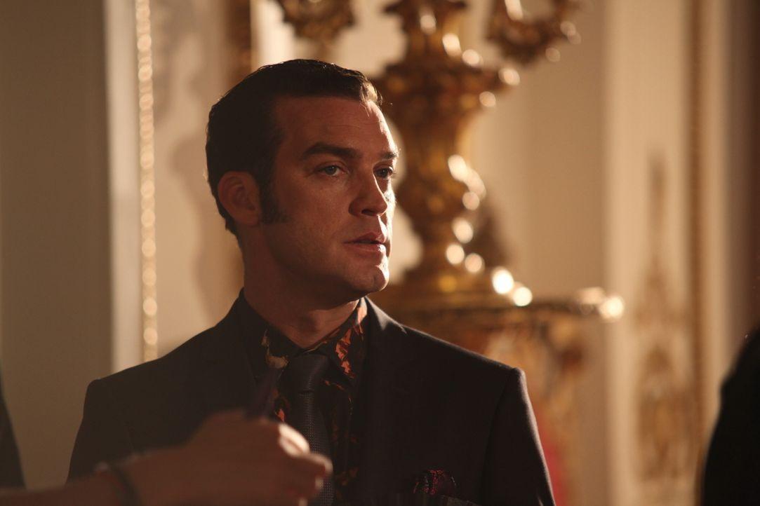 Versucht alles, um herauszufinden, warum sein Bruder, der König, beim Premierminister war: Prinz Cyrus (Jake Maskall) ... - Bildquelle: Tim Whitby 2014 E! Entertainment Media LLC/Lions Gate Television Inc. / Tim Whitby
