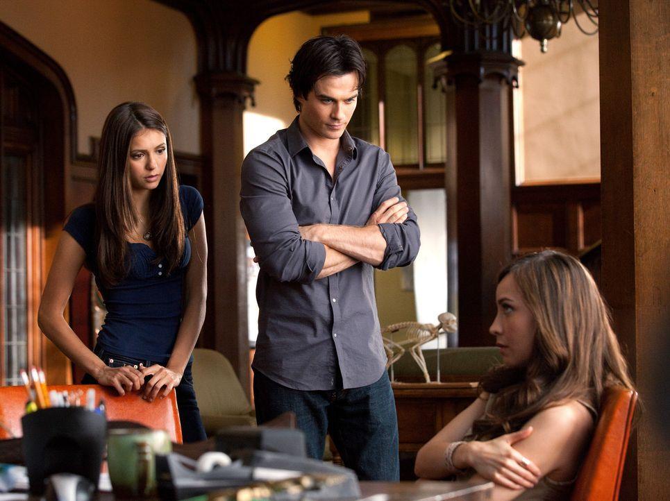 Versuchen über Vanessa (Courtney Ford, r.) an Informationen zu kommen, die Katherines Rückkehr nach Mystic Falls erklären könnten: Elena (Nina D... - Bildquelle: Warner Brothers