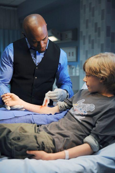 Evan (Joey Luthman, r.) wird, nachdem er wieder zu seiner Mutter und zu seinem Stiefvater zurück musste, mit Schnittverletzungen ins Krankenhaus ein... - Bildquelle: ABC Studios