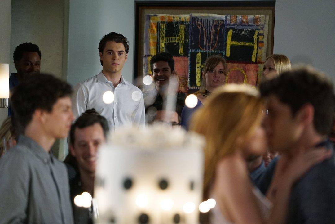 Als Jake (Charlie DePew, hinten) verspätet auf Paiges Geburtstagsparty eintrifft, entwickeln sich die Dinge anders als erwartet ... - Bildquelle: Warner Bros.