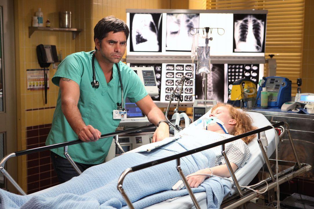 Tony (John Stamos, l.) macht sich ernsthafte Sorgen um den Gesundheitszustand der jungen Stacey (Jessica D. Stone, r.). Der Teenager wurde mit einer... - Bildquelle: Warner Bros. Television