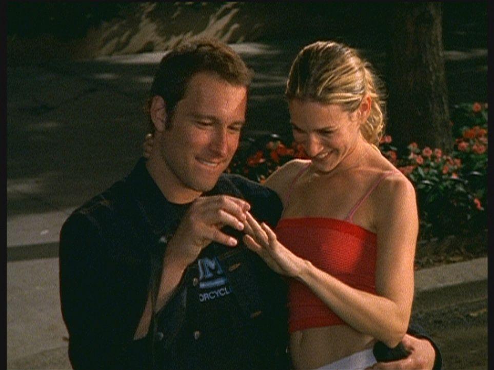 """Sag einfach """"ja"""": Aidan (John Corbett, l.) und Carrie (Sarah Jessica Parker, r.) schaffen es im zweiten Anlauf. - Bildquelle: Paramount Pictures"""