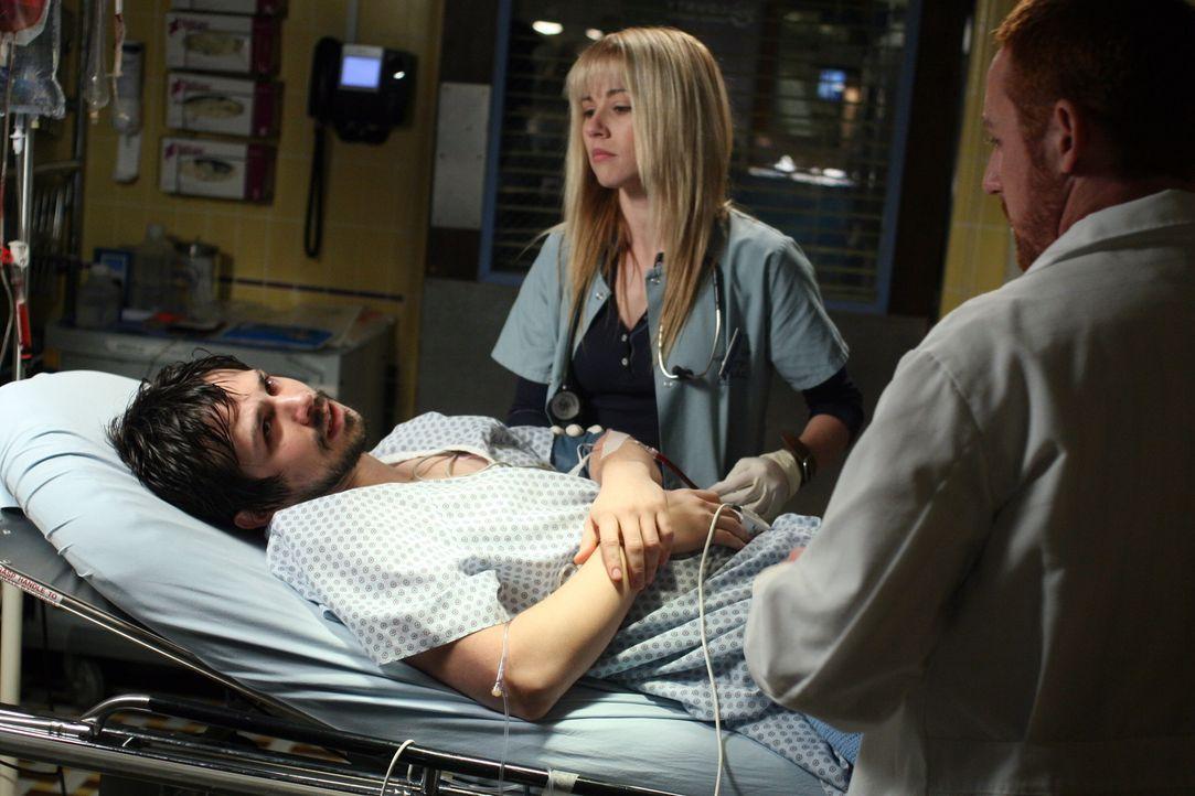 Kümmern sich um Simon (Freddy Rodriguez, l.), der an Leukämie erkrankt ist: Sam (Linda Cardellini, M.) und Morris (Scott Grimes, r.) ... - Bildquelle: Warner Bros. Television
