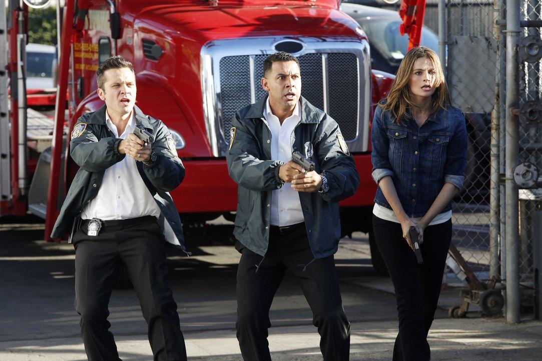 Ryan (Seamus Dever, l.), Esposito (Jon Huertas, M.) und Kate Beckett (Stana Katic, r.) wollen den Mann dingfest machen, der das Auto, in dem der ver... - Bildquelle: Kelsey McNeal ABC Studios / Kelsey McNeal