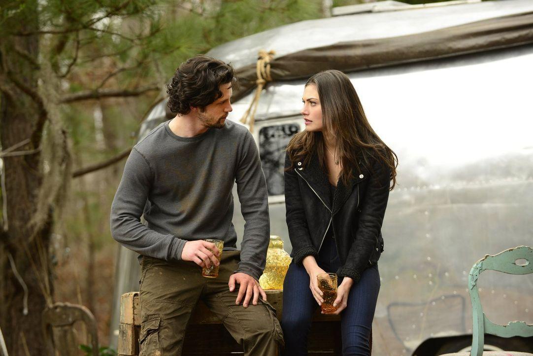 Während Klaus die wahren Absichten seiner verloren geglaubten Schwester kennenlernen will, versuchen Jackson (Nathan Parsons, l.) und Hayley (Phoebe... - Bildquelle: Warner Bros. Entertainment, Inc