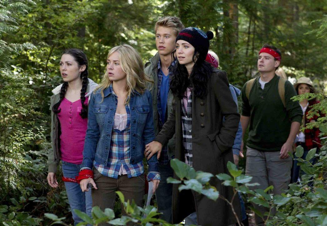 Camping-Ausflug: Lux (Brittany Robertson, l.) und ihre Klassenkameraden, darunter Jones (Austin Robert Butler, M.) und Tasha (Ksenia Solo, r.) müsse... - Bildquelle: The CW   2010 The CW Network, LLC. All Rights Reserved