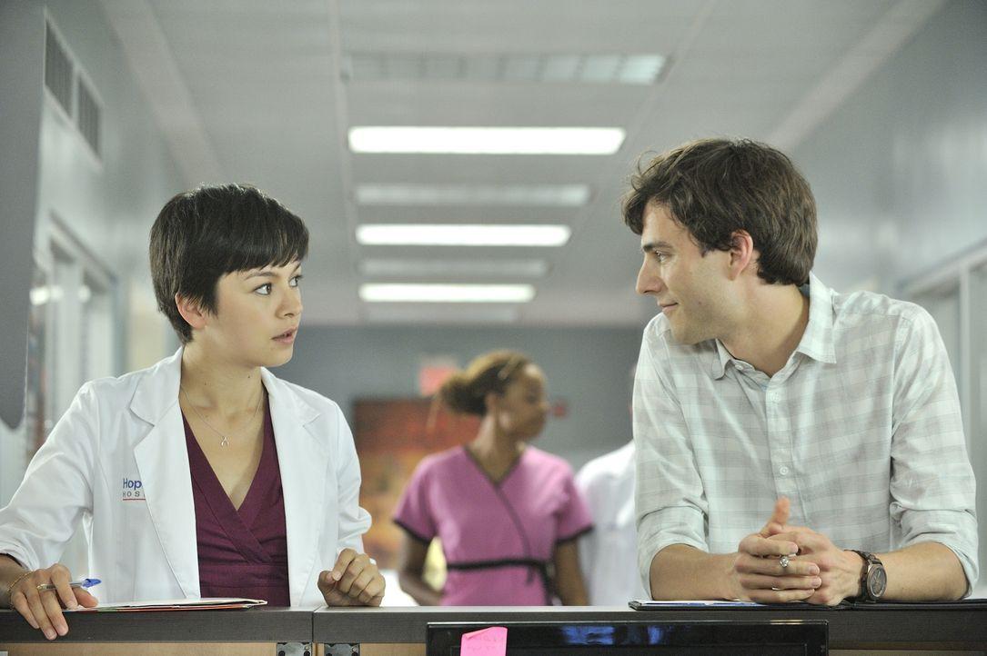 Dr. Gavin Murphy (Kristopher Turner, r.) bietet der völlig überforderten Dr. Maggie Lin (Julia Taylor Ross, l.) seine Hilfe an. Wir sie sein Angebot... - Bildquelle: 2012  Hope Zee One Inc.