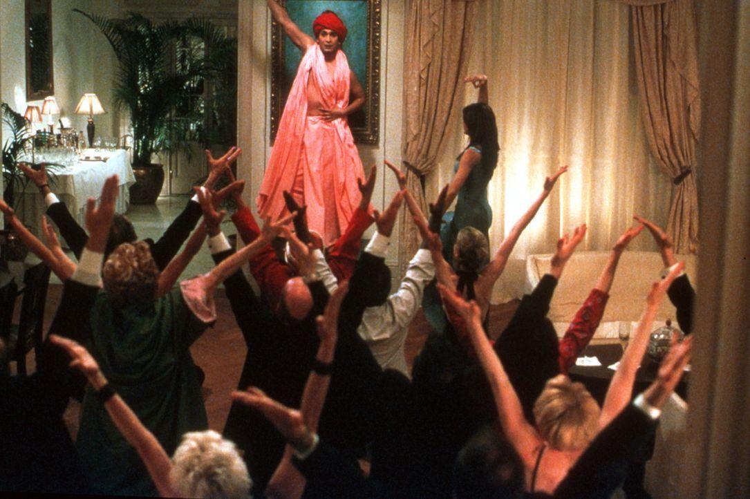Als der echte Guru wegen massiven Alkoholkonsums ausfällt, nutzt Ramu Gupta (Jimi Mistry, M.) die Gunst der Stunde. Er erinnert sich an Sharonnas k... - Bildquelle: Universal Pictures