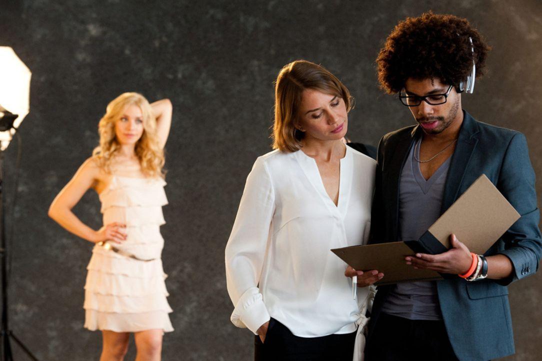 Mira (Julia Dietze, l.) soll das Gesicht der Kampagne eines renommierten Modedesigners werden. Mit Hilfe ihres Assistenten (Julius Douglas Dombrink,... - Bildquelle: Maria Krumwiede SAT.1
