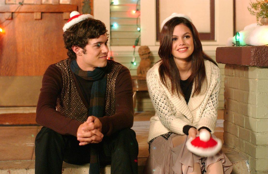 Nach all den Vorfällen möchte Seth (Adam Brody, l.) Chrismukkah ausfallen lassen, doch Summer (Rachel Bilson, r.) lässt dies nicht zu ... - Bildquelle: Warner Bros. Television