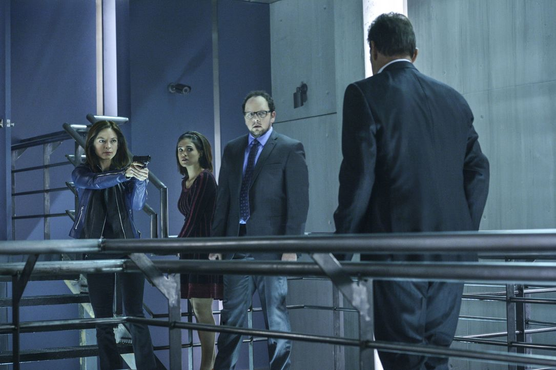 Cat (Kristin Kreuk, l.), Heather (Nicole Gale Anderson, 2.v.l.) und J.T. (Austin Basis, 2.v.r.) wollen Vincent vor demjenigen schützen, der Graydal... - Bildquelle: Ben Mark Holzberg 2016 The CW Network. All Rights Reserved.