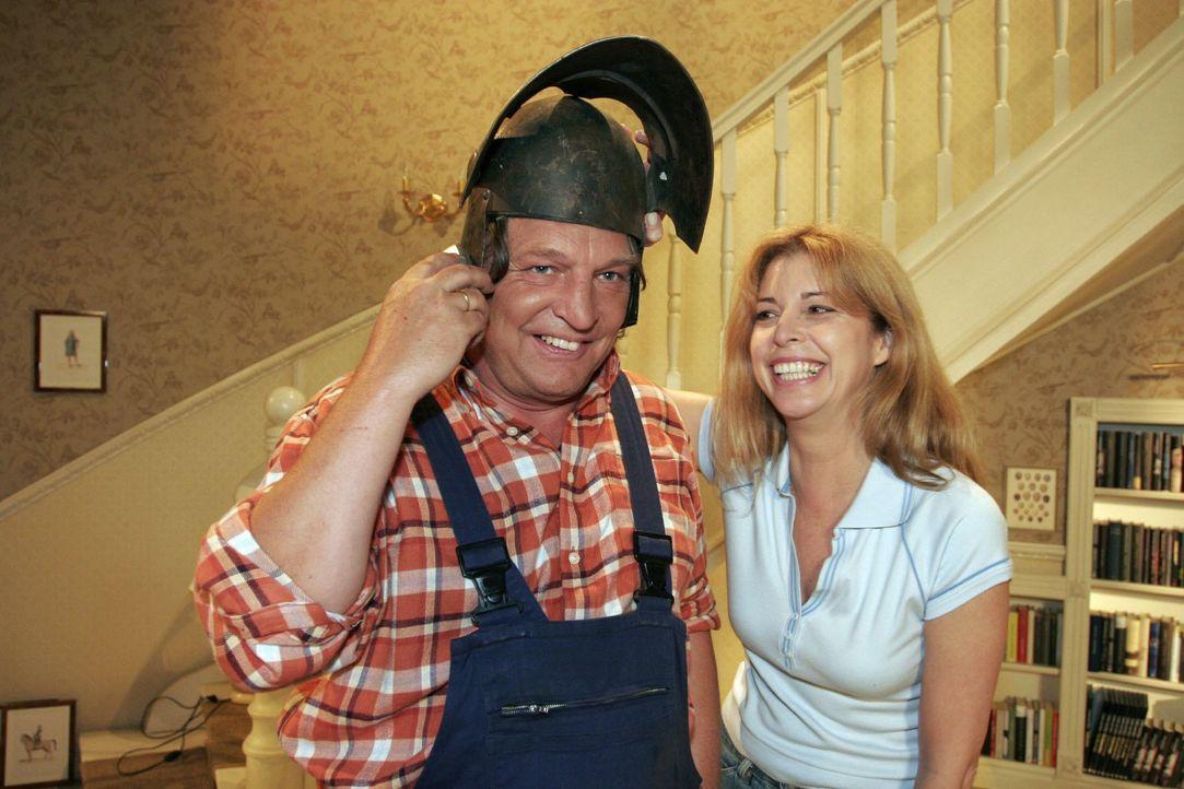 Bernd (Volker Herold, l.) und Laura (Olivia Pascal, r.) haben viel Spaß beim Renovieren - bis Helga anruft. - Bildquelle: Noreen Flynn SAT.1 / Noreen Flynn
