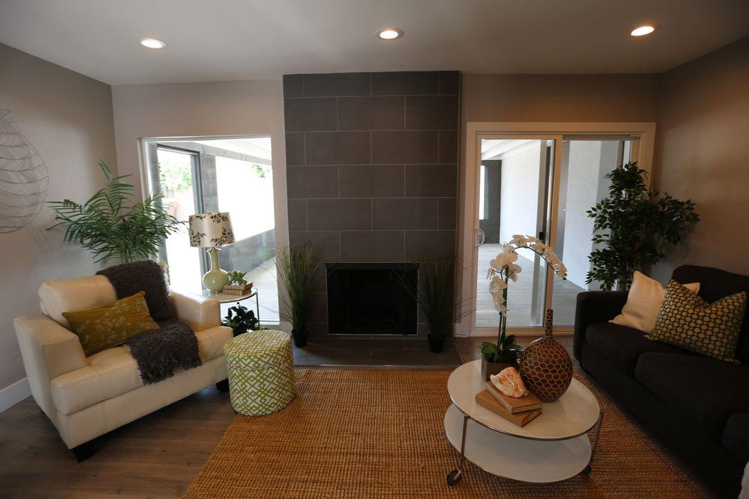 Der Kaminbereich ist kaum wiederzuerkennen: Der Kamin wird nun von zwei großen Fenstern eingerahmt, die dem Wohnbereich viel Licht spenden. Trotzdem... - Bildquelle: 2016,HGTV/Scripps Networks, LLC. All Rights Reserved