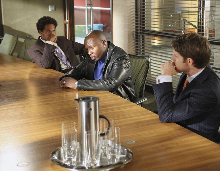 Jayson Turk (Steve Harris, M.) bereitet den Anwälten Keith Bennett (Jason Winston George, l.) und Matt Dowd (Sam Jaeger, r.) Kopfzerbrechen. - Bildquelle: Disney - ABC International Television