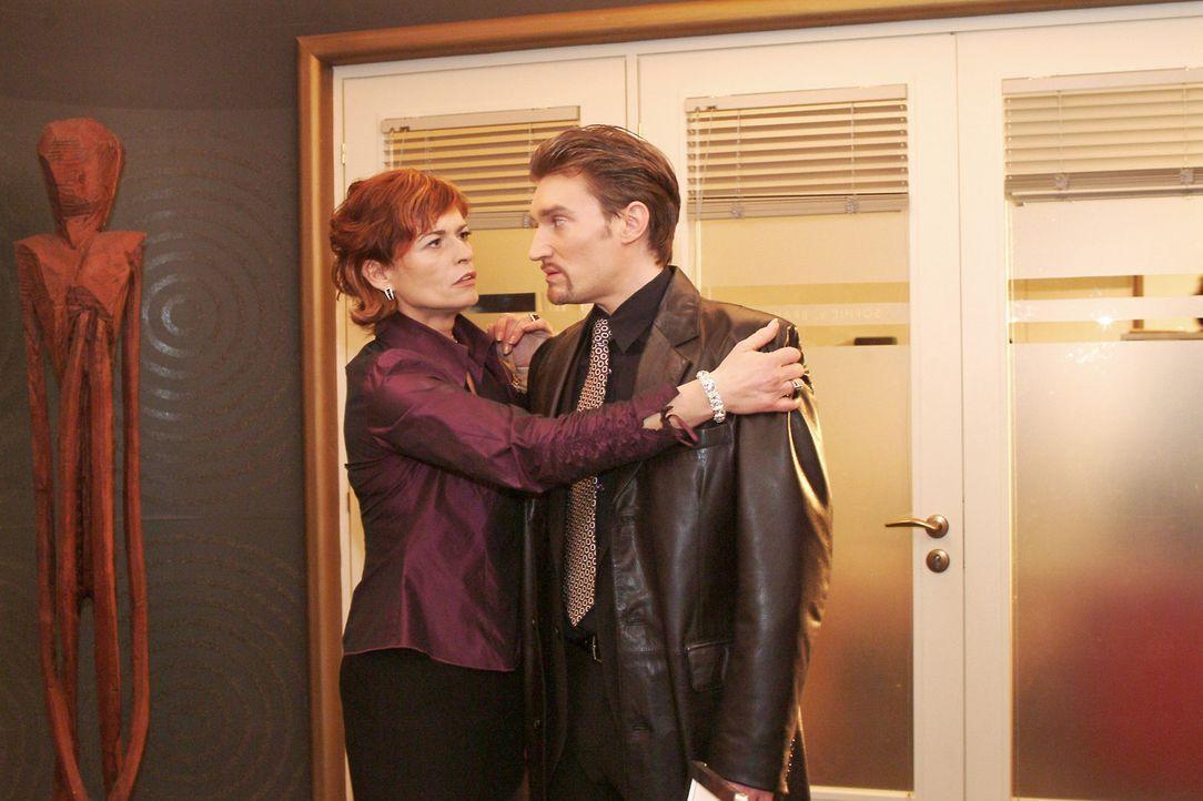 Sophie (Gabrielle Scharnitzky, l.) nimmt Richard (Karim Köster, r.) noch einmal in den Arm, bevor die Polizei kommt, um ihn abzuholen. - Bildquelle: Monika Schürle Sat.1