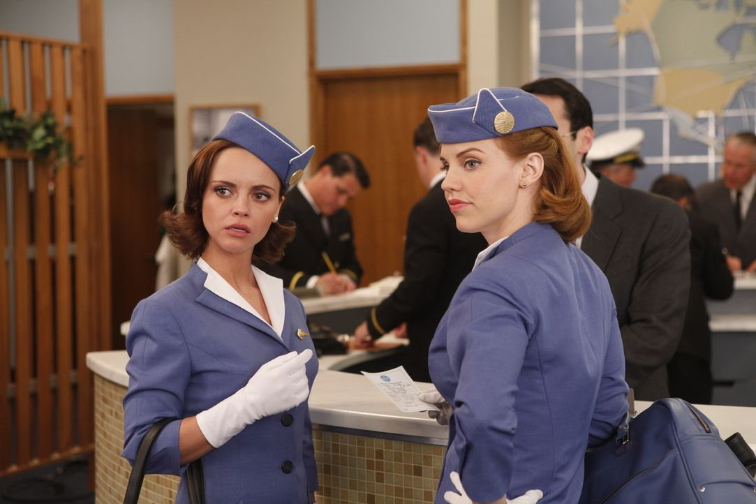 Während Kate (Kelli Garner, r.) in New York einen heiklen Auftrag erfüllt, schafft es Maggie (Christina Ricci, l.) gerade noch vor ihrer geplanten... - Bildquelle: 2011 Sony Pictures Television Inc.  All Rights Reserved.