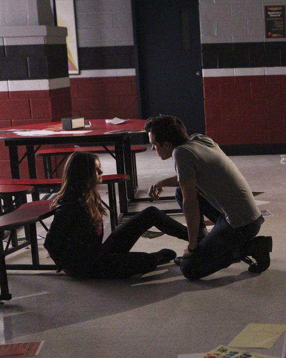 Was hat Kai (Chris Wood, r.) mit Elena (Nina Dobrev, l.) vor? - Bildquelle: Warner Bros. Entertainment, Inc