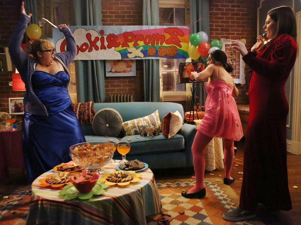 """Die jährliche """"Keksball""""-Tradition von Helen-Alice (Liza Lapira, M.) und Marika (Lauren Ash, r.) wird plötzlich zur Keksschlacht und Kimmie (Rebel W... - Bildquelle: Warner Brothers"""