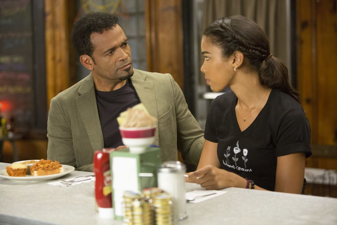 Dani (Alexandra Shipp, r.) will ihren Traum leben und auf die Musik-Uni in Atlanta gehen. Doch ihr Vater (Mario Van Peebles, l.) und ihre Mutter wol... - Bildquelle: 2014 Viacom International Inc.  All rights reserved.