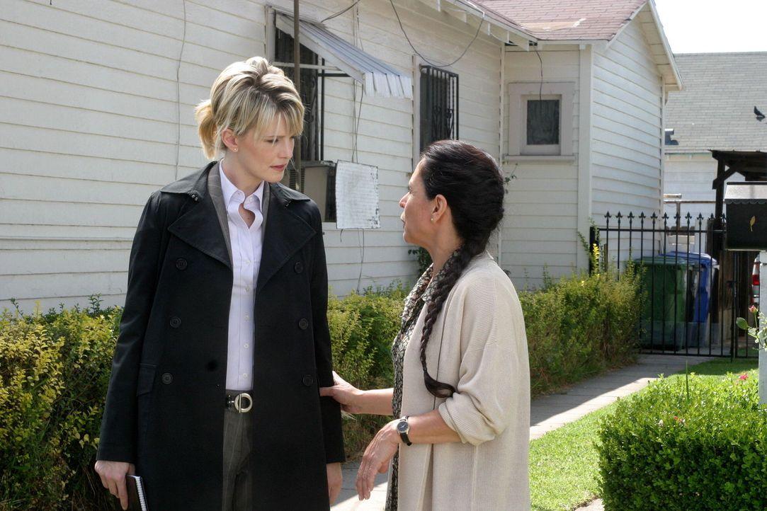Äußerst interessiert hört Det. Lilly Rush (Kathryn Morris, l.), was ihr Joan (Linda Castro, r.) zu erzählen hat ... - Bildquelle: Warner Bros. Television