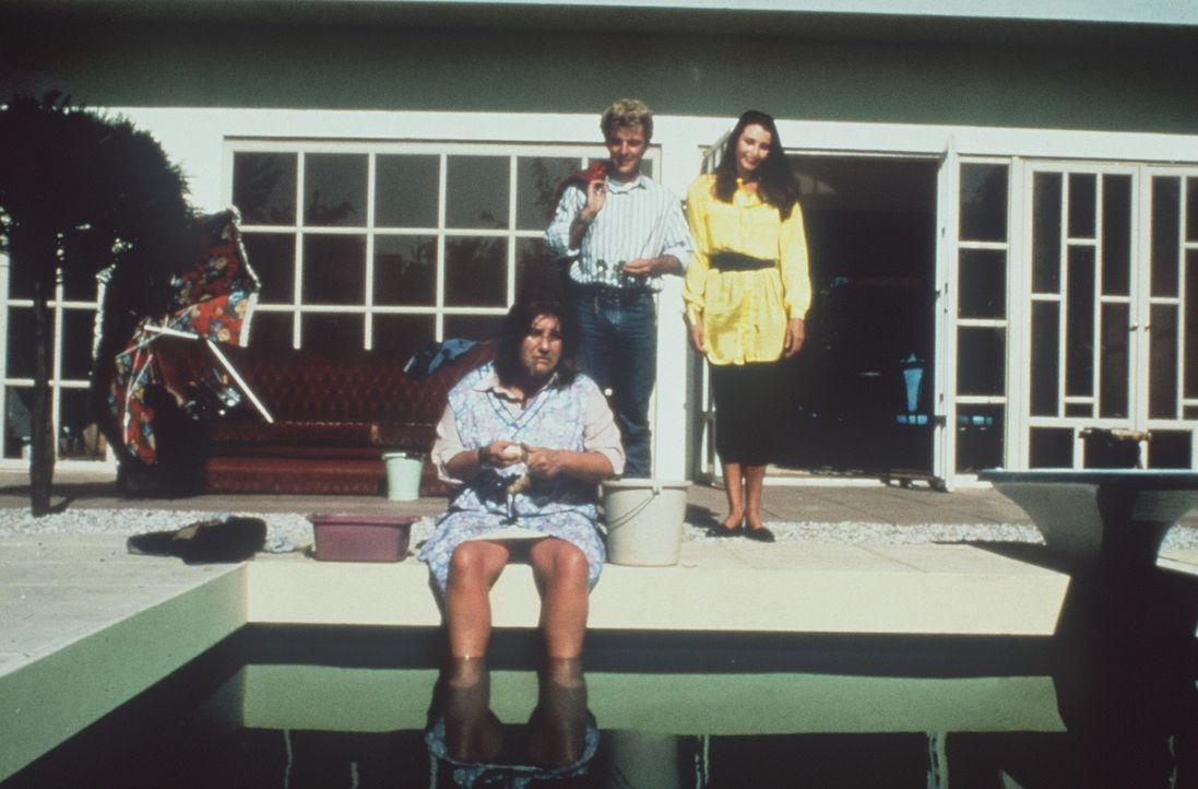 Die Flodders schwelgen im Luxus nach ihrem Umzug: Mutter Flodder (Nelly Frijda, l.) genießt den eigenen Pool, und Johnnie (Huub Stapel, M.) schlepp... - Bildquelle: Concorde Filmverleih GmbH