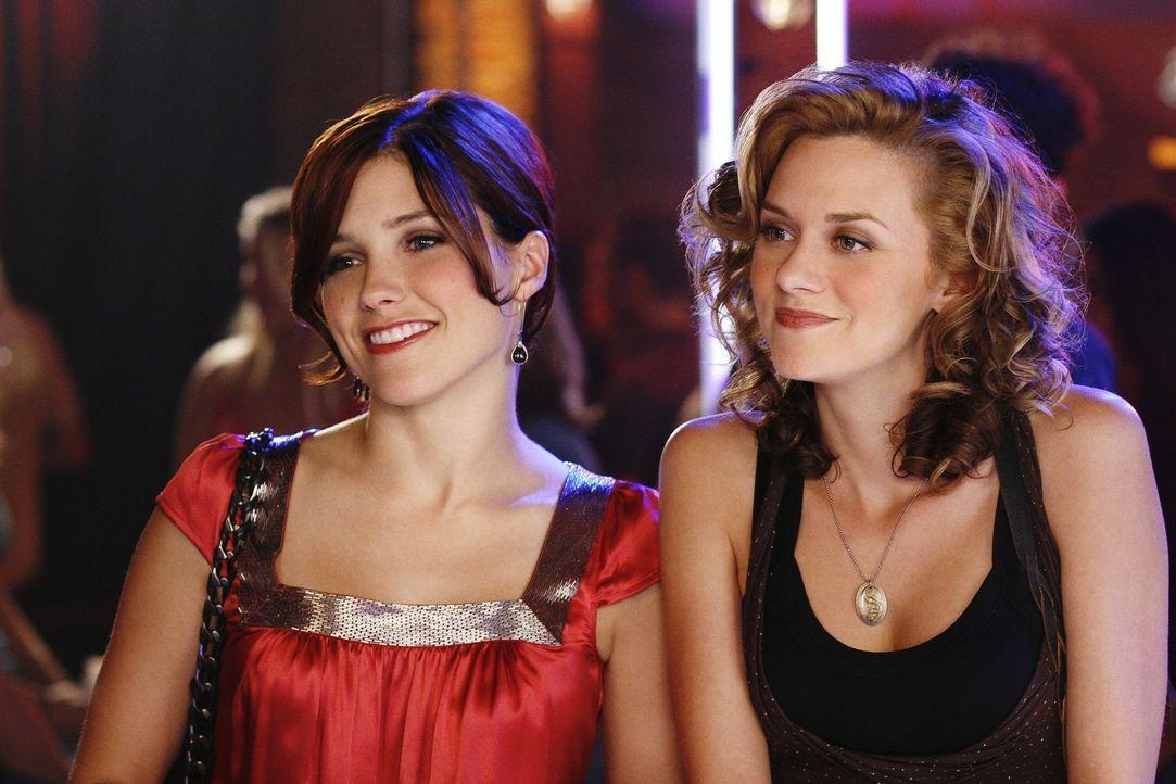 Brooke (Sophia Bush, l.) und Peyton (Hilarie Burton, r.) sind wieder in Tree Hill, was für Verwirrungen sorgt ... - Bildquelle: Warner Bros. Pictures