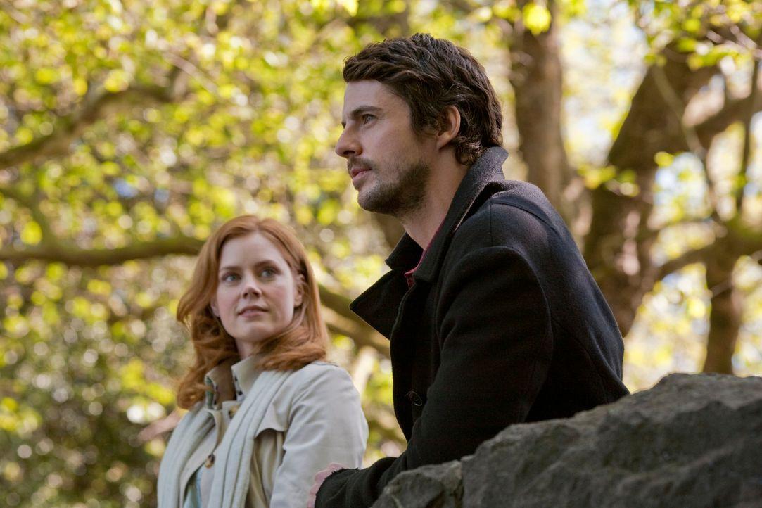 Wenn man so lange zusammen auf einer Reise ist wie Anna (Amy Adams, l.) und Declan (Matthew Goode, r.), lernt man sich gegenseitig immer besser kenn... - Bildquelle: 2010 Universal Studios