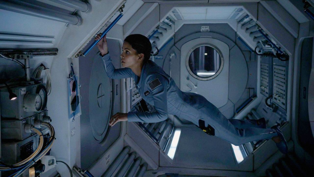 Molly Woods (Halle Berry) bereitet sich auf die Landung auf der Erde vor. Die 13 Monate im All waren bis auf einen merkwürdigen Vorfall wie geplant... - Bildquelle: 2014 CBS Broadcasting, Inc. All Rights Reserved