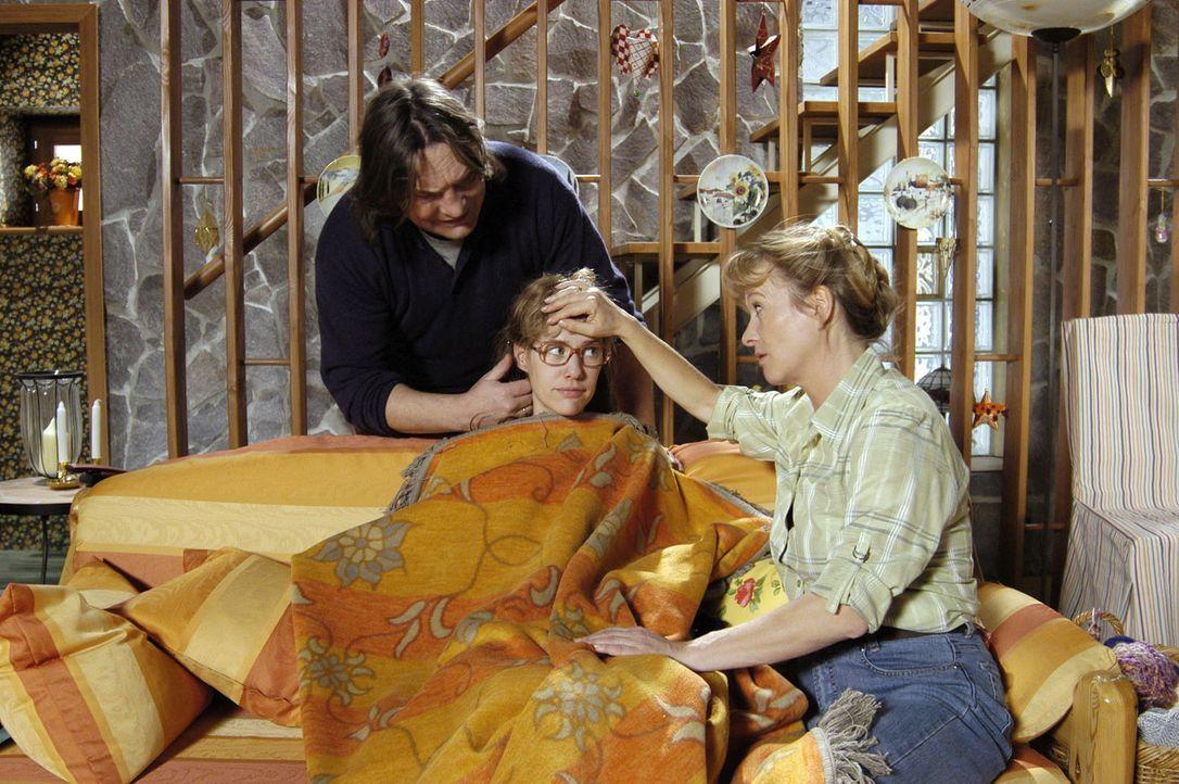 Lisas (Alexandra Neldel, M.) Eltern Bernd (Volker Herold, l.) und Helga (Ulrike Mai, r.) sind um die Gesundheit ihrer Tochter sehr besorgt. (Dieses... - Bildquelle: Sat.1