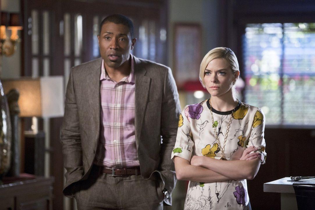 Nachdem Lavon (Cress Williams, l.) und Lemon (Jaime King, r.) unfreiwillig Zeugen eines Gesprächs von Zoe und Wade werden, machen sie sich plötzlich... - Bildquelle: 2014 Warner Brothers
